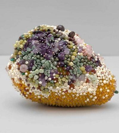 Frutas podres são recriadas como jóias preciosas e o resultado é brilhante