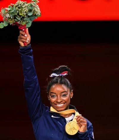 Com 25 medalhas, Simone Biles dá um bico no racismo e entra para história