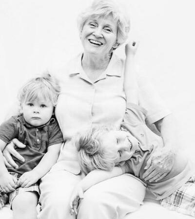 Ela fotografa netos com os avós porque gostaria de ter feito o mesmo quando teve a chance