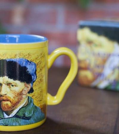 Caneca faz orelha de Van Gogh desaparecer magicamente em contato com liquido quente