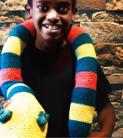 Aos 11 anos, ele já arrecadou milhares de dólares para ajudar órfãos fazendo crochê