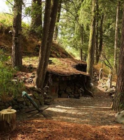 Conheça o hobbit da vida real, que viveu nesta cabana-caverna por mais de 20 anos