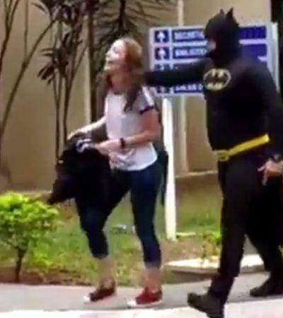 Pai busca filha na escola vestido de 'Batman' e reação dela é impagável