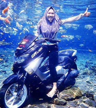 O lago na Indonésia que é um concorrido ponto turístico para os entusiastas de selfies subaquáticas