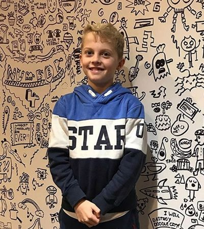 Após bronca por rabiscar na escolar, garoto de 9 anos é convidado para decorar restaurante