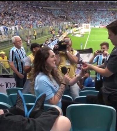 Duas mulheres selam noivado na arquibancada e dão bico na homofobia do futebol