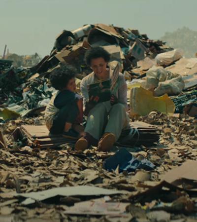 Filho de catadora que hoje estuda nos EUA graças a livros achados no lixo reforça importância de ler para as crianças