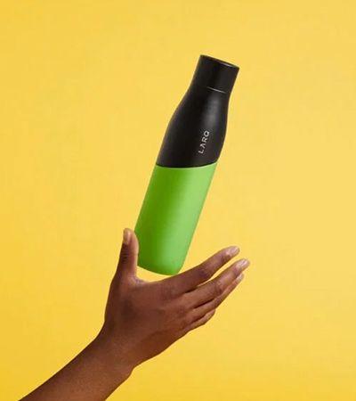 Conheça a garrafa autolimpante que purifica água em um minuto