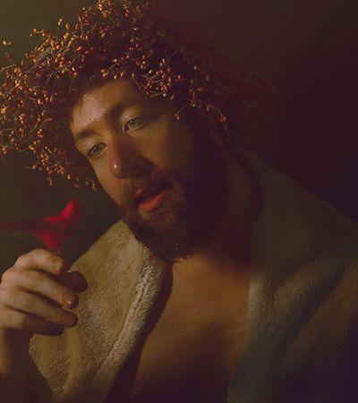 Ele jogou cobertores e sobras de decoração de Natal sobre os familiares e criou um ensaio renascentista