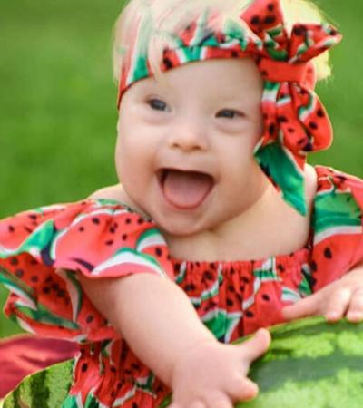 Mãe adota bebê com Down e a fotografa com fantasias que ela mesma cria