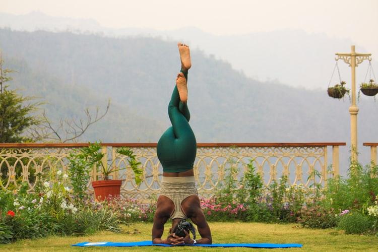 Mulher fazendo pose de yoga