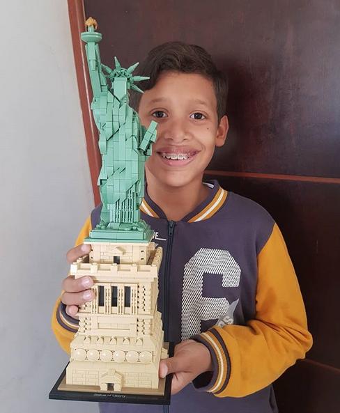 garoto autista estátua da liberdade lego 1