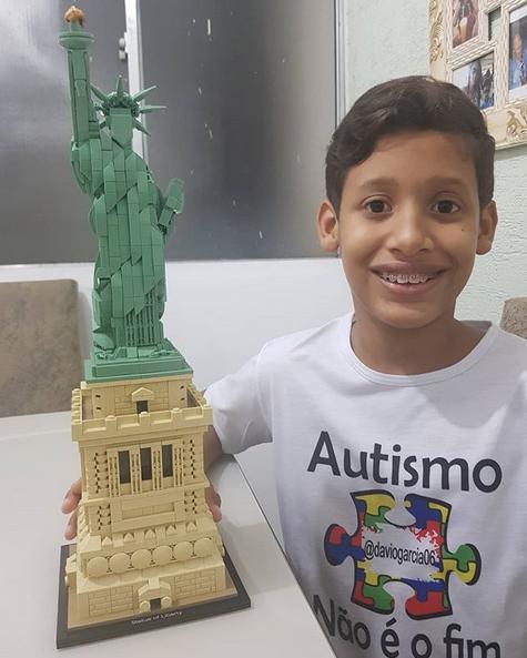 garoto autista estátua da liberdade lego 2