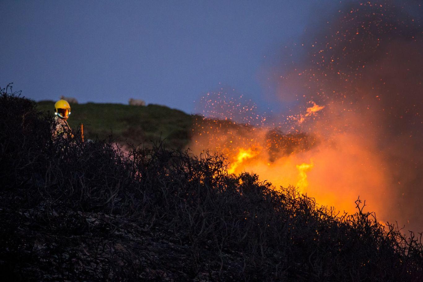 bombeiro contendo um incêndio florestal