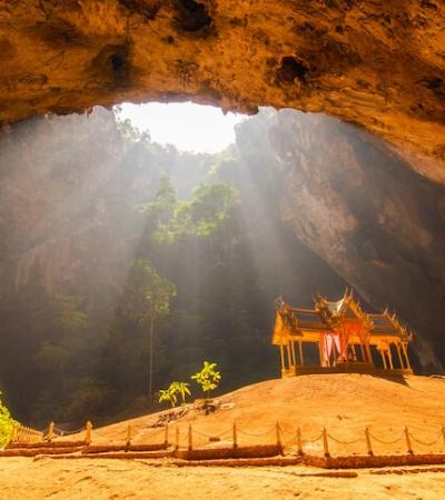 O incrível templo construído para um rei dentro de uma caverna na Tailândia