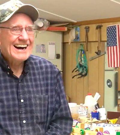 Há 50 anos papai noel da vida real faz brinquedos de madeira para crianças em situação vulnerável