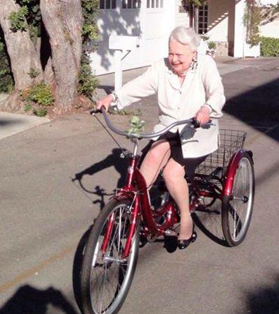 Aos 103 anos, atriz de '…E o Vento Levou' posta foto andando de bicicleta