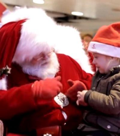 Papai Noel usa língua de sinais para conversar com garotinha com dificuldades de fala
