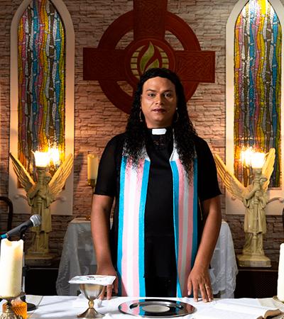 1ª reverenda trans da América Latina convive com o medo de morrer
