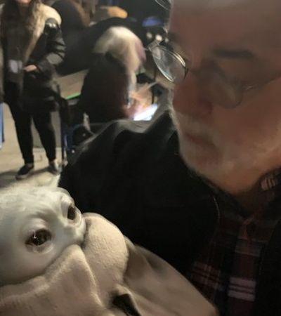 George Lucas, criador de 'Star Wars', aparece segurando Baby Yoda no colo