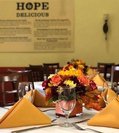 Bon Jovi continua sua saga e abre restaurante para universitários sem dinheiro