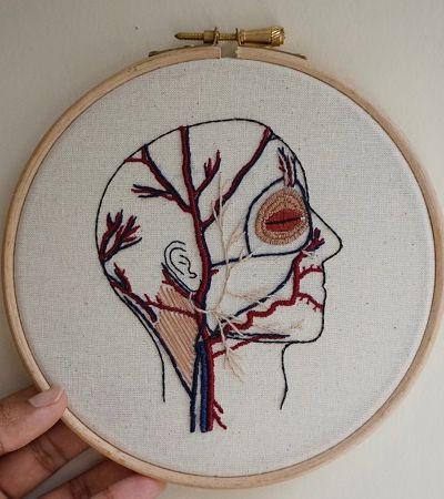 Médica e artista cria bordados da anatomia humana para você amar e entender seu corpo