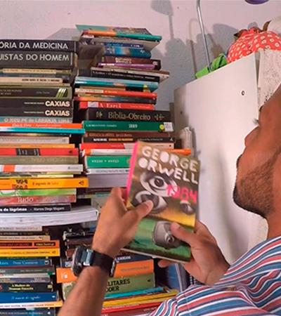 Coletor de lixo cria biblioteca com mais de 200 livros jogados fora