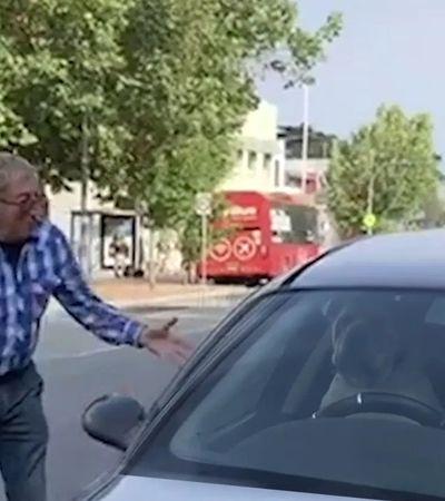 Cachorro preso no carro buzina até dono aparecer. E isso não tem graça