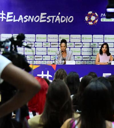 Ação contra o machismo no futebol tem apenas mulheres em coletiva. Homens assistem na TV