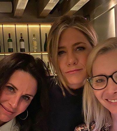 Jennifer Aniston alegra fãs de 'Friends' com clique ao lado de Phoebe e Monica