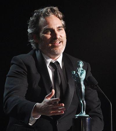 Joaquin Phoenix vence prêmio e vai ajudar porcos…de smoking