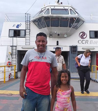 Pai realiza sonho de navegar da filha atravessando a bordo da barca Rio/Niterói
