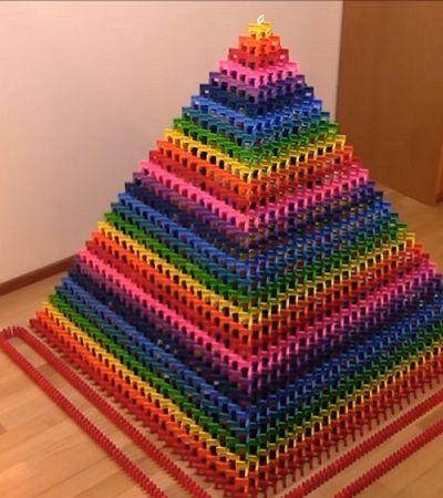 Deleite-se com este vídeo da maior pirâmide de dominó do mundo desmoronando