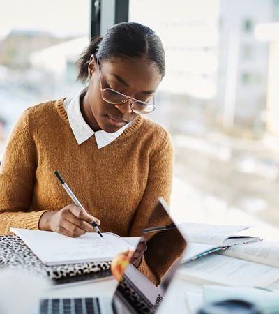 Mulheres escrevem maioria de redações nota mil no Enem