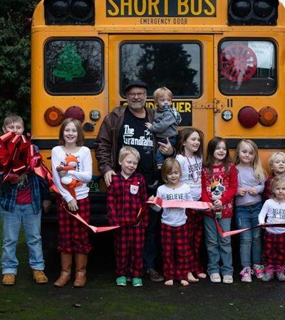 Avô coruja compra ônibus para levar os 10 netos até a escola