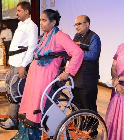 Índia celebra lançamento a preços populares de cadeira de rodas que fica em pé
