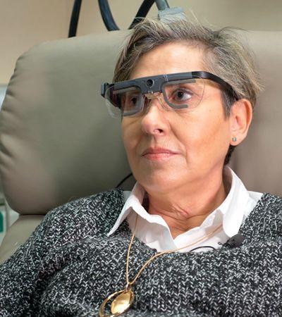 Óculos ligado ao cérebro faz mulher voltar a enxergar após 15 anos