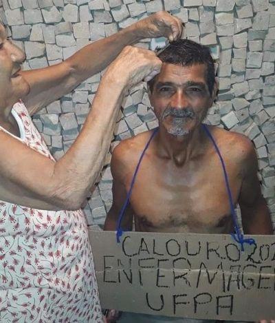 Homem de 65 anos é aprovado em universidade e tem cabelo raspado pela mãe de 90