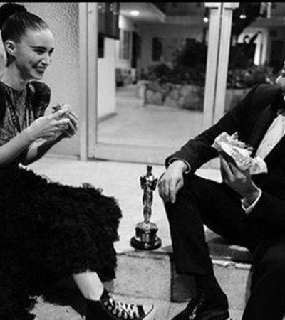 Joaquin Phoenix preferiu a simplicidade de um hambúrguer vegano com a esposa para celebrar 'Oscar'