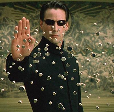 'Matrix 4': Keanu Reeves pula de prédio em vídeo com bastidores de gravações