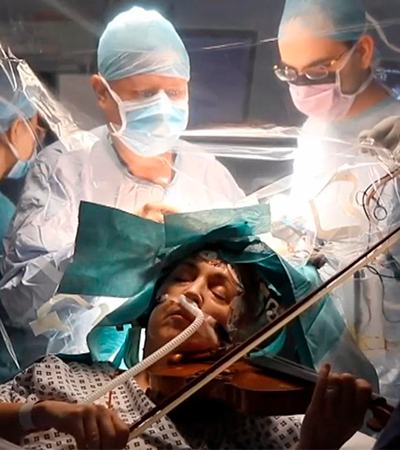 Mulher toca violino durante cirurgia de retirada de tumor no cérebro; veja vídeo