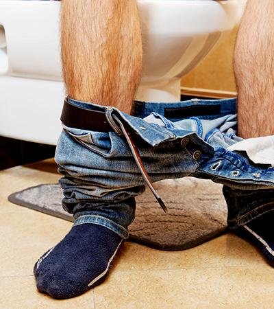 Por que serviço de saúde britânico recomenda que homens façam xixi sentados