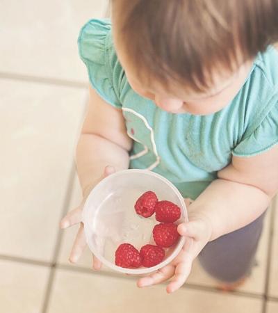 Estudo mostra crianças desistindo de comida mesmo estando com fome para ajudar quem precisa