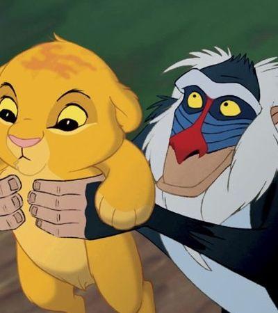 Babuíno é flagrado erguendo filhote de leão igualzinho no filme 'O Rei Leão'