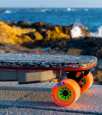 Designer cria skate elétrico feito de plástico reciclado