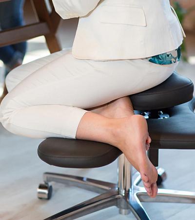 Inventaram uma cadeira pra quem não consegue deixar de sentar sobre a própria perna