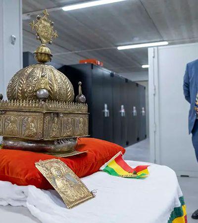 Após escondê-la por 20 anos, refugiado na Holanda devolve coroa roubada da Etiópia