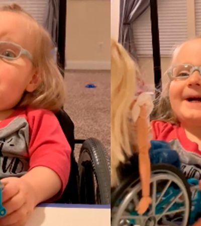 Impossível não se emocionar com a reação desta criança ao ganhar uma boneca cadeirante