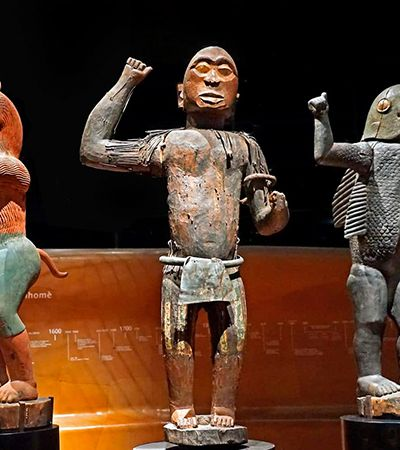 França dá exemplo ao devolver para o Benim obras roubadas durante a colonização