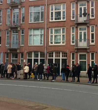 Na Holanda, pessoas fazem filas para comprar maconha antes de quarentena